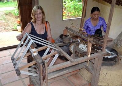 Du khách trải nghiệm với làng nghề