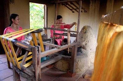 Quay tơ ở làng nghề lụa Hội An