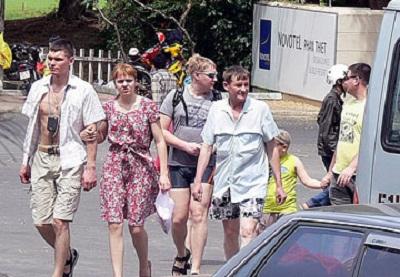 Du khách đi bộ trên đường phố Mũi Né