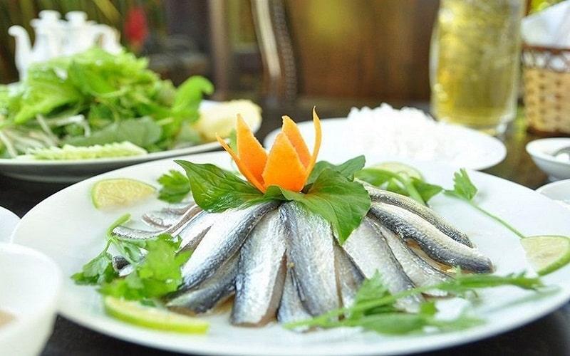 Để trộn gỏi cá trích được phi lê lấy thịt