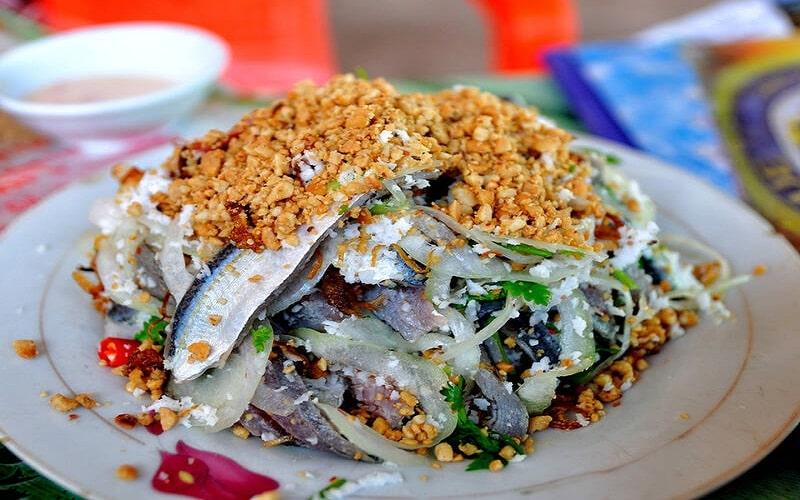 Gỏi cá trích trộn kèm với dừa bào sợi và đậu phộng rang