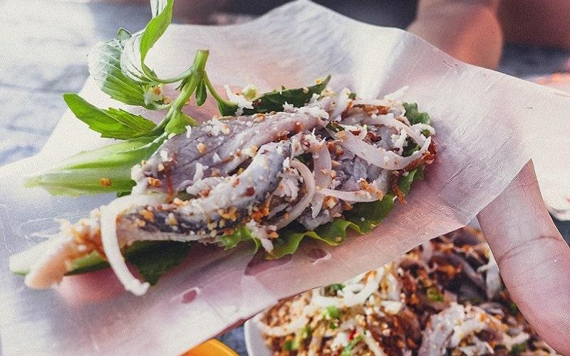 Gỏi cá trích cuốn bánh tráng là chuẩn vị