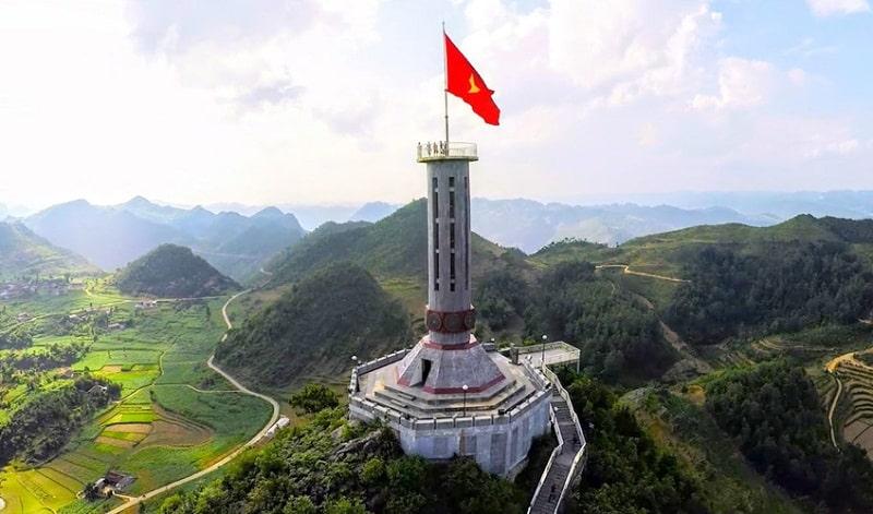 Từ cột cờ Lũng Cú du khách có thể nhìn thấy toàn cảnh cao nguyên Đồng Văn