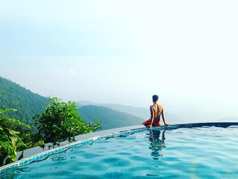 Điểm đặc sắc ở Belvedere Resort Tam Đảo là hồ bơi ngay cạnh đỉnh núi, có thể vừa ngâm mình trong dòng nước ấm vừa ngắm toàn bộ khung cảnh ở dưới