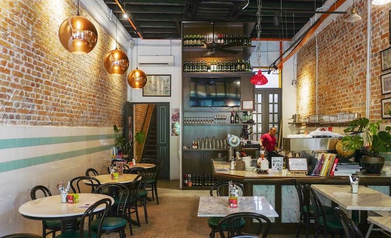 Không gian quán với những món ăn và đồ uống siêu hấp dẫn
