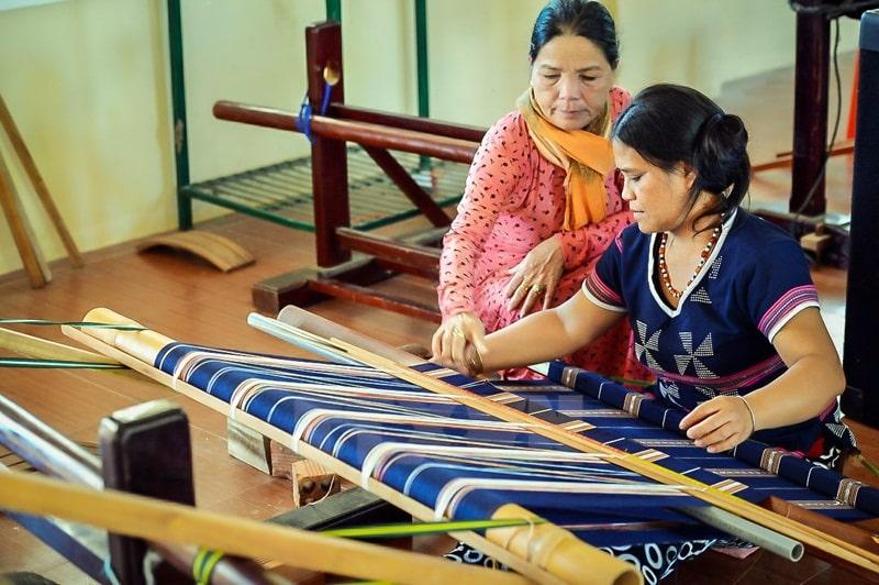 Du khách sẽ được hướng dẫn dệt thổ cẩm khi đến làng dệt Mỹ Nghệp