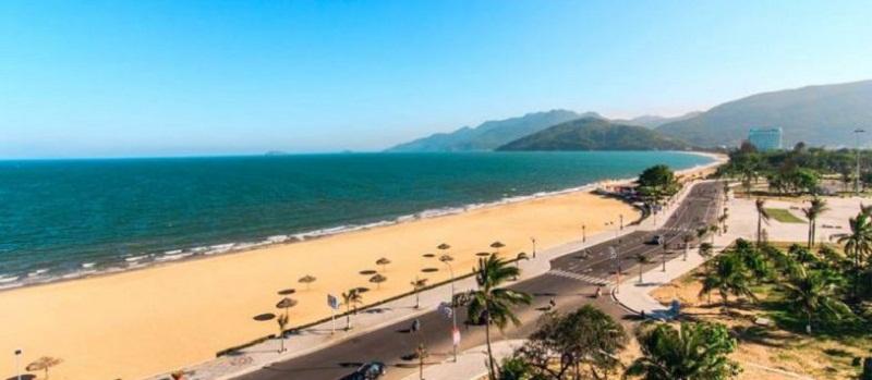 Bãi biển hình vầng trăng khuyết ở trung tâm Thành phố Quy Nhơn