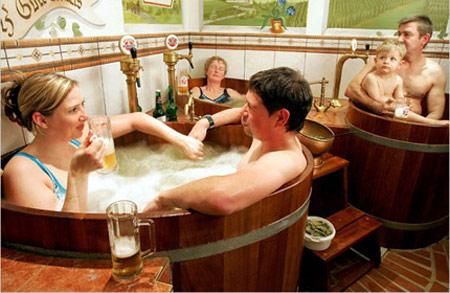 Độc đáo dịch vụ tắm bia ở nước Đức