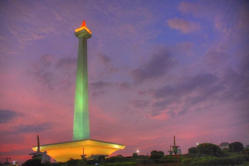 Đài tưởng niệm Quốc gia Monas buổi chiều tà