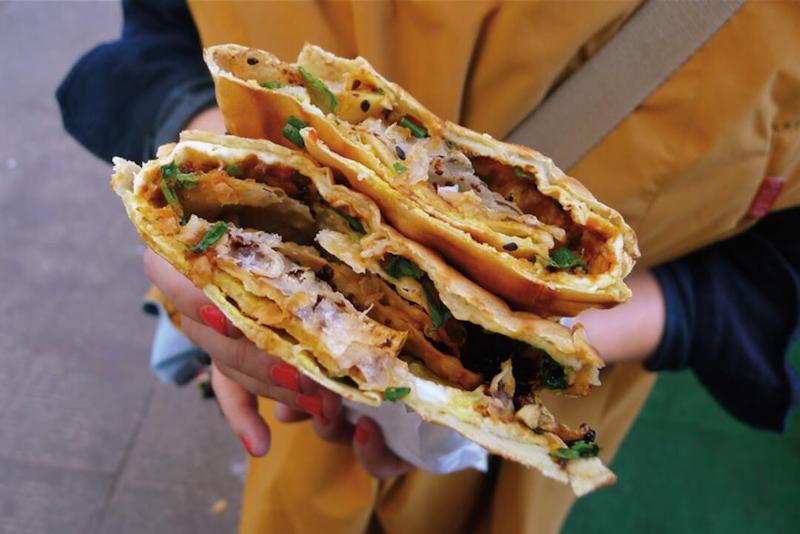 Jian bing là một món ăn đường phố được người dân địa phương và cả khách du lịch ưa chuộng nhờ hương vị hấp dẫn cũng như tính tiện lợi