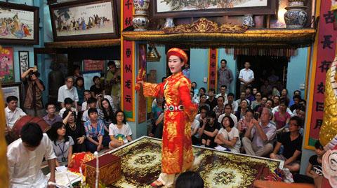 Buổi lễ hầu đồng của người Việt Nam.