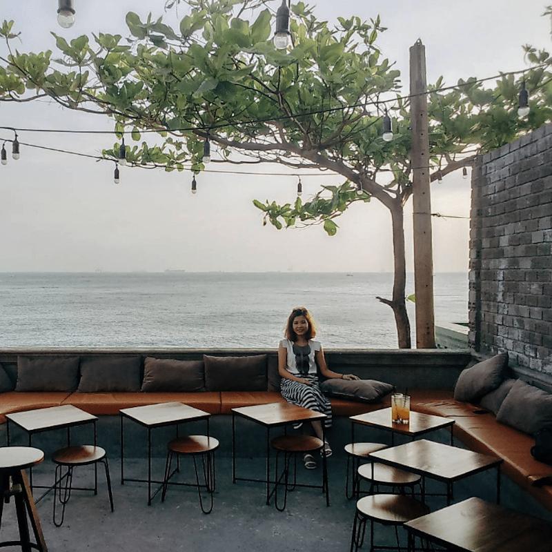Nhâm nhi tách cafe và ngắm biển có phải là quá tuyệt vời phải không?