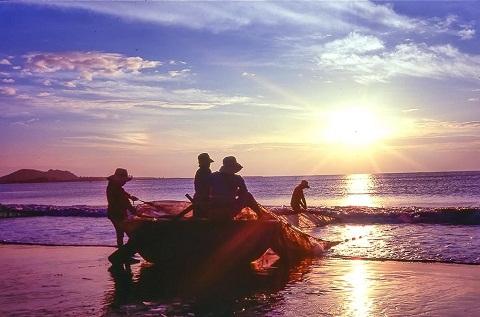 Ngư dân kéo thuyền thúng ra biển vận chuyển hải sản vào bờ