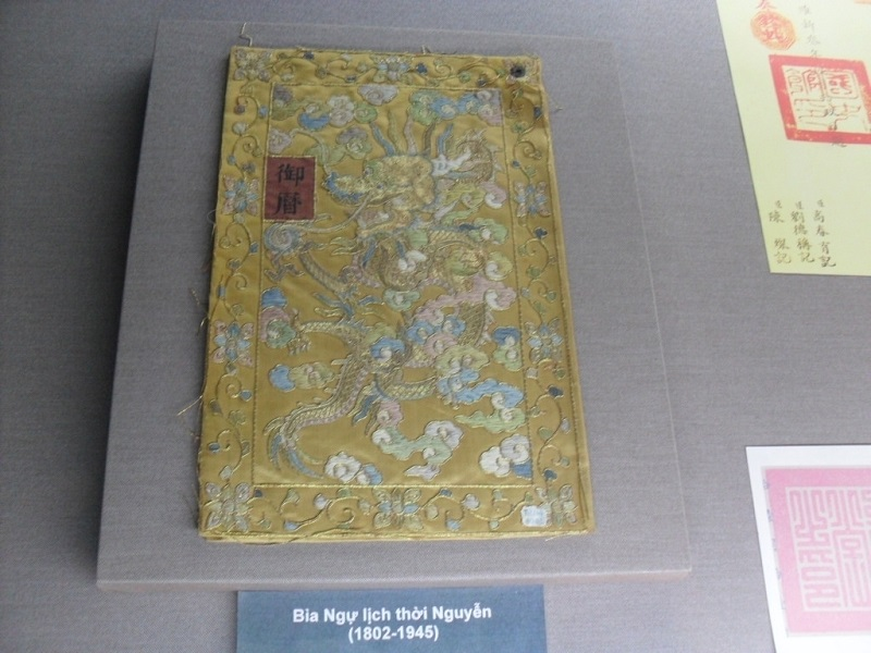 """Bìa """"Ngự lịch"""" triều Nguyễn đang trưng bày trong """"Bảo tàng Cung đình Huế"""""""
