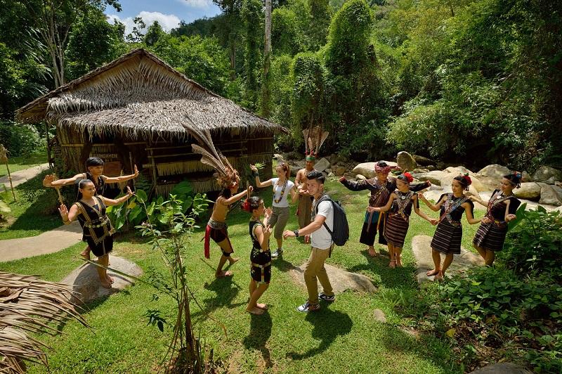 Dân làng biểu diễn múa cột tre