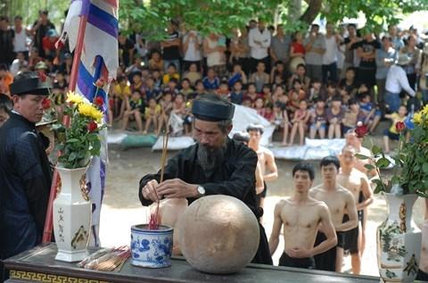 Trước khi tham gia lễ hội các cầu vật phải lễ thánh