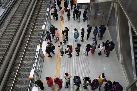 Người dân Nhật Bản xếp hàng mọi nơi, mọi lúc