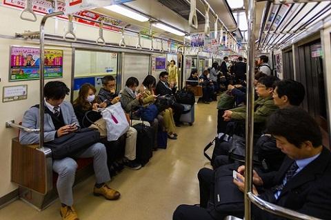 Người Nhật thường có thói quen im lặng trên tàu điện ngầm