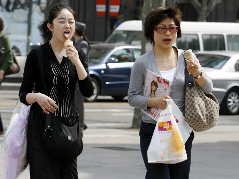 Ở Nhật Bản, đừng ăn uống khi đang di chuyển