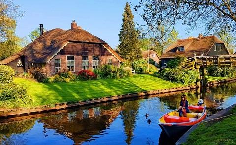 Giethoorn nổi tiếng với những kênh rạch chằng chịt