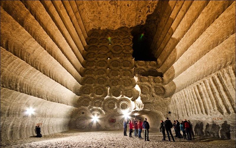 """Mỏ muối tạo thành một thành phố nhỏ gọi là Soledar, có nghĩa là """"món quà từ muối""""."""