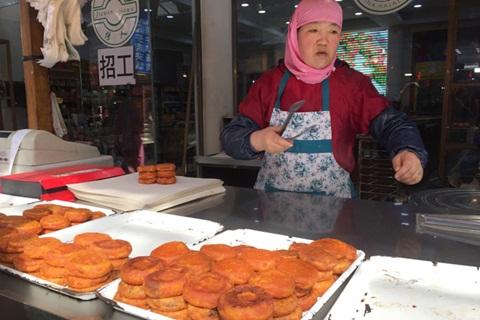 Bánh Liaoshanji Haicheng Stuffed Pie bên ngoài thì giòn, bên trong lại mềm và mát