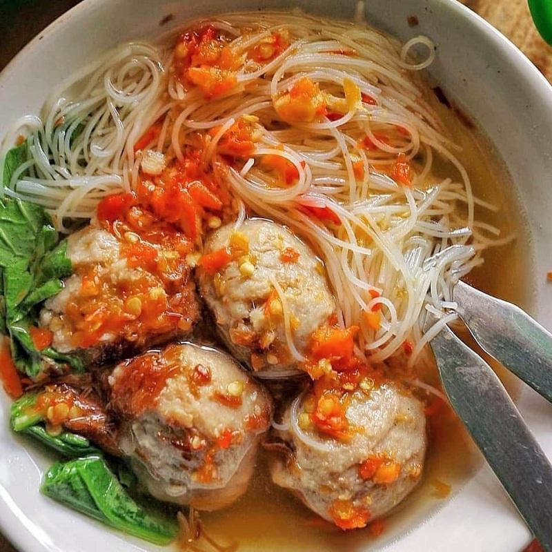 Món súp thịt viên thường được ăn kèm với longtong - giống như sợi miến Việt Nam