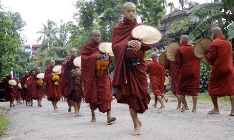 Lễ khất thực đầu ngày trên đường phố Myanmar