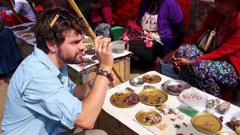 Đá quý được bày bán ở Mogok, Myanmar