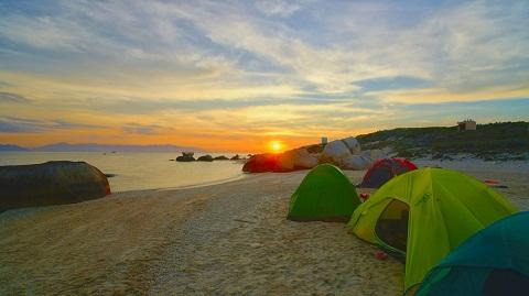 Cắm trại và ngắm hoàng hôn trên bãi biển