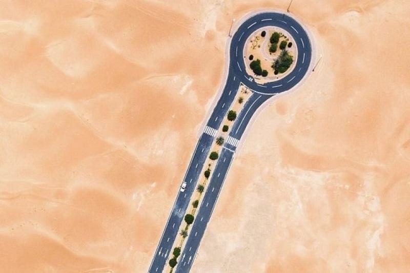 Con đường có cây này nằm lọt thỏm giữa một biển cát mênh mông.