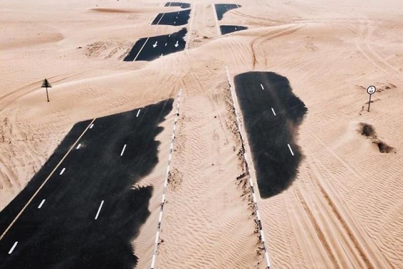 Ảnh chụp ở cự ly tương đối gần cho thấy cát tấn công con đường lớn của UAE.