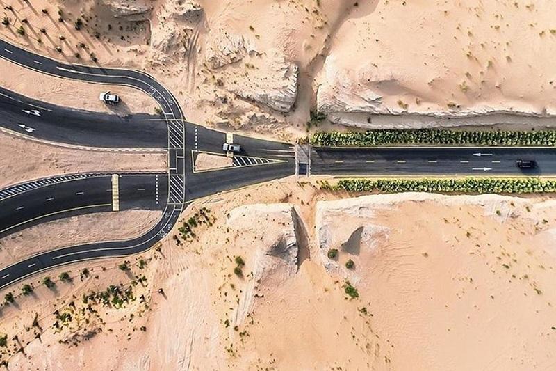 Một con đường cao tốc khác của UAE giữa mênh mông cát.