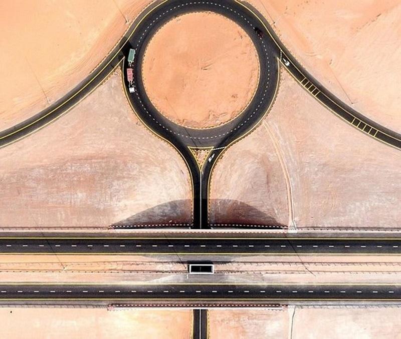 Các con đường trên cát của UAE qua ống kính của Herok trở nên rất ấn tượng.
