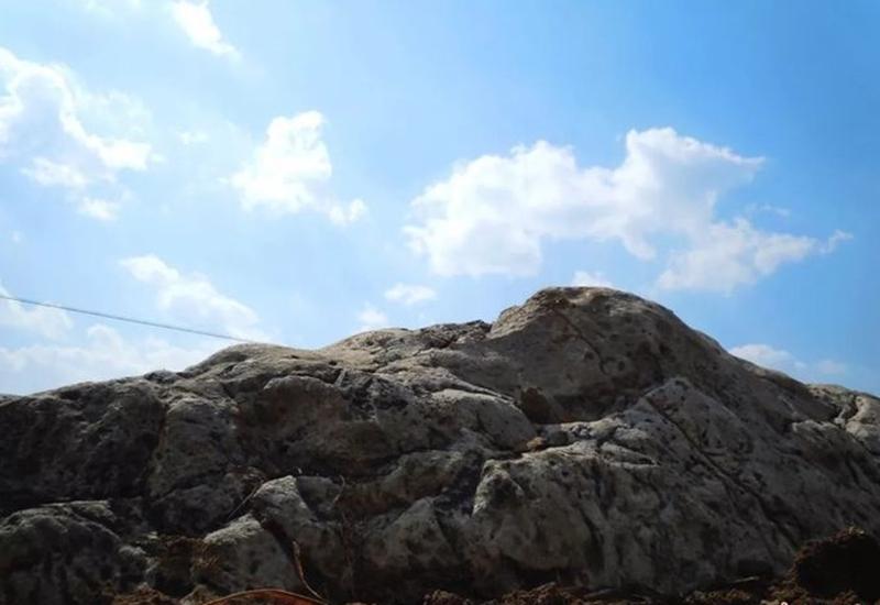 Chỉ với một bước chân du khách có thể chinh phục ngọn núi này