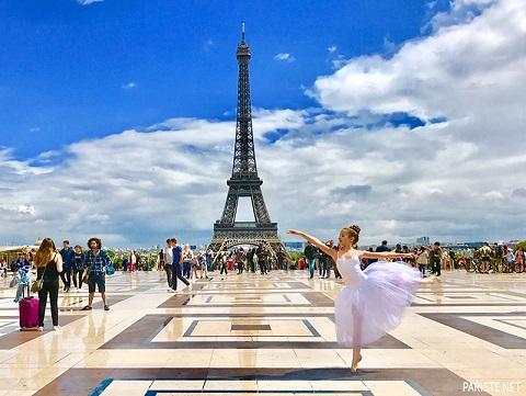 Quảng trường dưới chân tháp Eiffel, Paris, Pháp