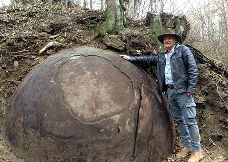 Các công nhân của một công ty hoa quả đã phát hiện những quả cầu đá này