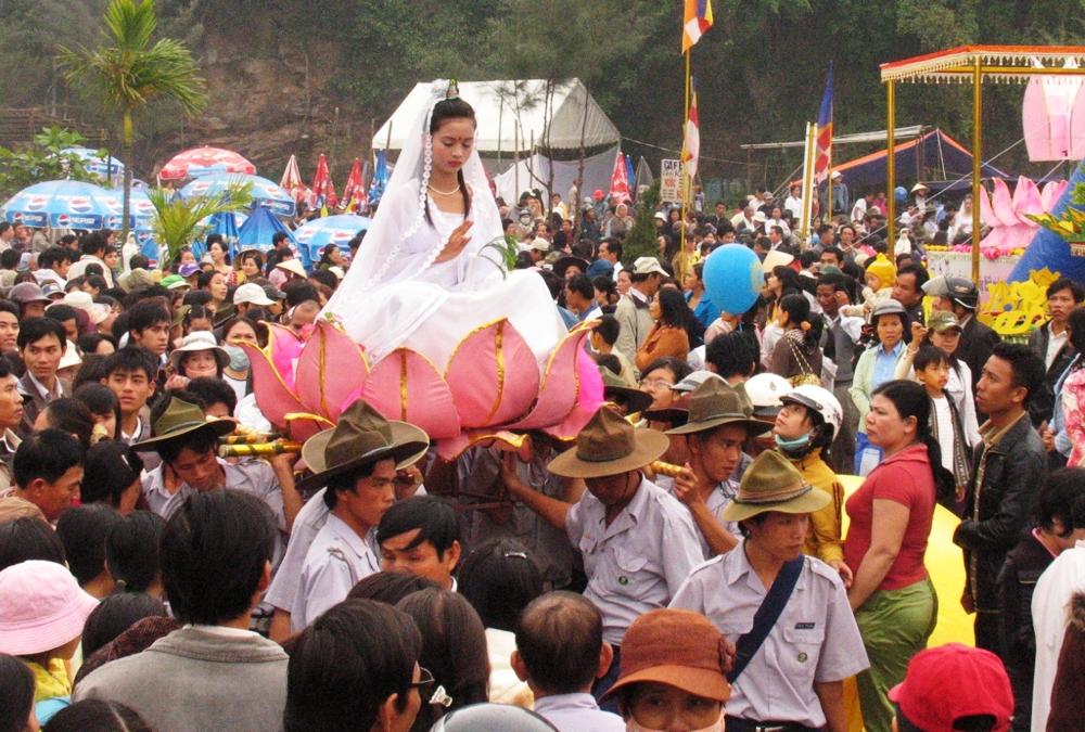 Du khách nhộn nhịp dự lễ hội Quán Thế Âm ở Huế