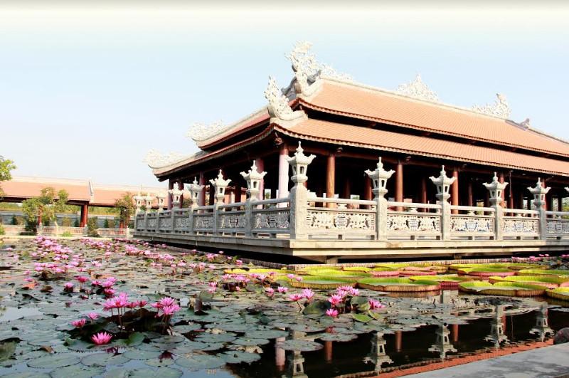 Hoa sen khoe sắc thơm ngào ngạt ở Nam Phương Linh Từ