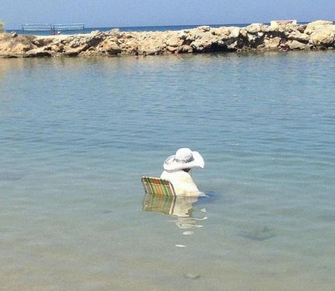 Đi biển phải xuống biển ngồi chứ ai lại ngồi trên bờ.