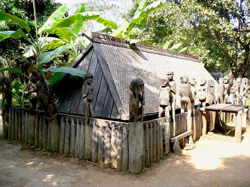 Tượng nhà mồ ở Tây Nguyên