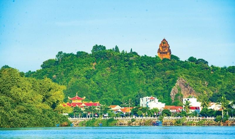 Tháp Nhạn nằm bên bờ Bắc sông Đà Rằng, gần quốc lộ 1A, thuộc tỉnh Phú Yên