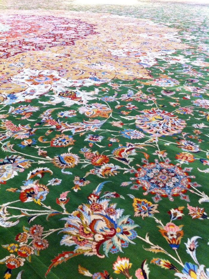 ấm thảm rất đẹp và cực kỳ tinh xảo do nghệ sĩ người Iran Ali Khaliqi thiết kế