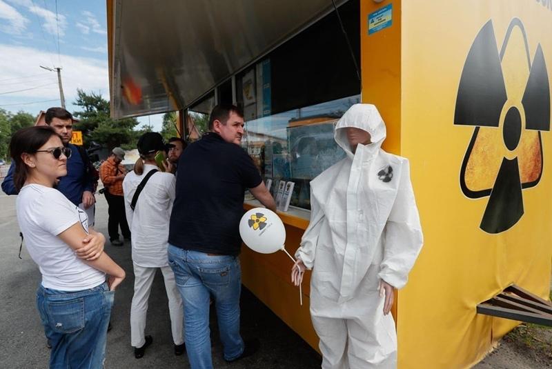 Du khách xếp hàng mua quà lưu niệm ở gần Chernobyl