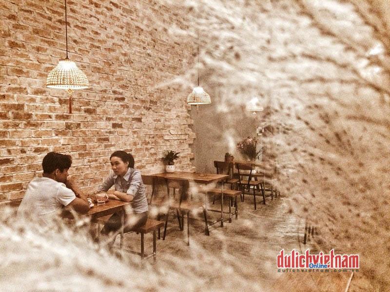Góc nhỏ trưng bày các sản phẩm cà phê Việt bình hoa cỏ hồng mang đến cảm giác nhẹ nhàng và vài cuốn sách cho thực khách giết thời gian