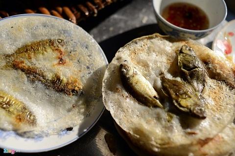 Thưởng thức bánh khoái cá kình chấm kèm với mắm