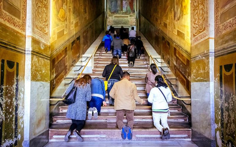 Tín đồ Cơ đốc giáo lần đầu được bò trên Cầu thang Thánh ở Rome