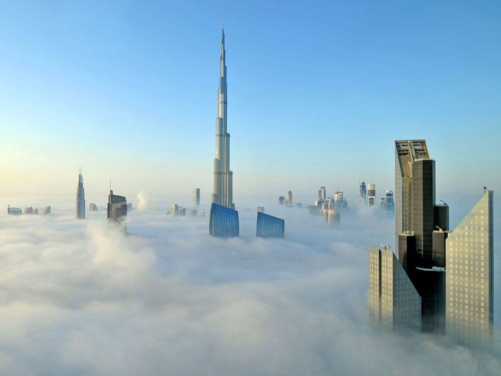 Tháp Burj Khalifa giữa tầng mây