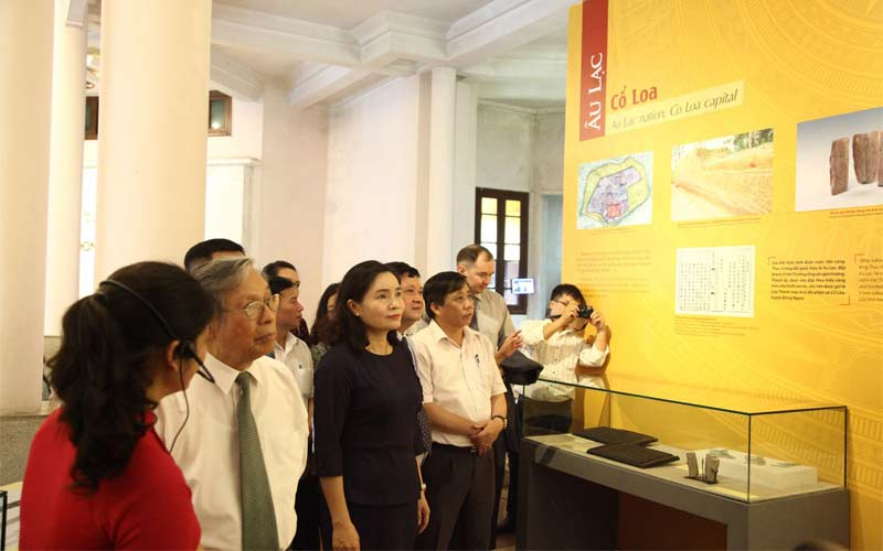 trưng bày Quốc hiệu Việt Nam
