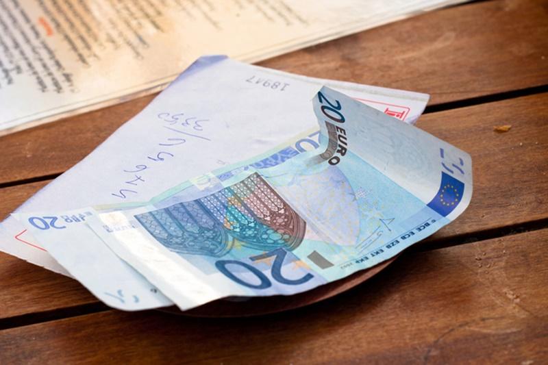 Người Pháp vẫn có thói quen để lại tiền tip khi đi ăn ở các nhà hàng hoặc dùng dịch vụ khách sạn